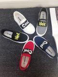 新式の加硫させたゴム製Outsoleは男の子および女の子の子供のズック靴をひもで締める