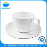 Tazza di caffè di ceramica bianca portatile con il piattino