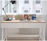 Bureau d'étude simple et moderne pour étudiant avec une grande table d'ordinateur portable en bois dans un bureau