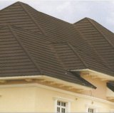 (Mattonelle dell'assicella) le mattonelle di tetto di Colered con la pietra scheggiano le mattonelle di tetto rivestite