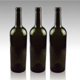 黒い緑の長い首のコルクの上が付いているガラスワイン・ボトル