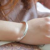 Armband des Sterlingsilber-999 mit einer glatten Oberfläche