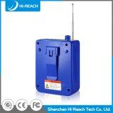 Bluetoothの実行中の青い小型無線携帯用スピーカー