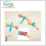 Il Muti-Colore progetta il Wristband impresso del braccialetto di schiaffo riempito colore di Debossed