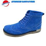 Ботинки отрезока максимума свежего человека способа цвета в зиме