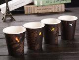 La aduana imprimió la taza de papel disponible de 9 onzas con la tapa
