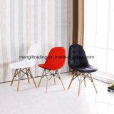 Современный цветной пластиковый стул обставлены деревянной ногой