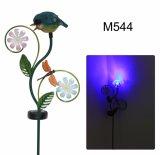 Pájaro del metal en la flor con la decoración ligera solar del jardín