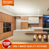 High-end шпоном древесины и белой краской на кухне шкафа электроавтоматики