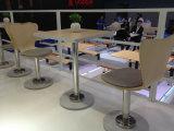 Tabela e cadeiras modernas do restaurante do café
