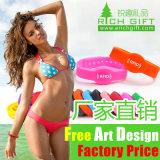 La promozione a buon mercato ecologica progetta il braccialetto per il cliente elastico del silicone per gli uomini