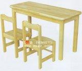 Mesa e cadeira preliminares da sala de aula para crianças