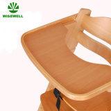 皿が付いている椅子を食事している木の商業赤ん坊