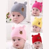 秋の冬の新生の赤ん坊のニットの帽子のスカーフの一定の漫画くまは男の子の女の子の冬の帽子の帽子をからかう