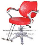 Rote Farben-Salon, der Möbel u. heißen Verkaufs-Herrenfriseur-Stuhl anredet