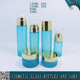 淡いブルーのカラー空の曇らされたガラスビンおよび瓶の化粧品