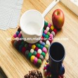 Colorida y toda forma de bola de fieltro de lana posavasos