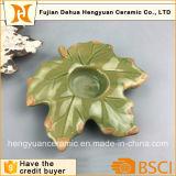 Supporto di candela di ceramica di natale con il disegno della foglia di acero
