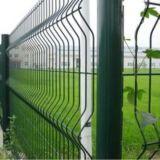 上塗を施してある防御フェンスまたは金網の塀