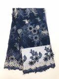 Новое платье конструкции одевает ткань шнурка