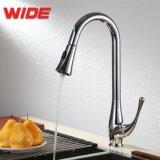 Il rubinetto lungo moderno della cucina del collo estrae il colpetto del dispersore del miscelatore della cucina