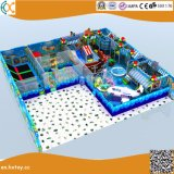 Les enfants de terrain de jeux intérieur structure avec le trampoline et piscine à balles