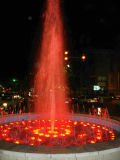 Fontaine à eau dans l'étang avec LED RGB