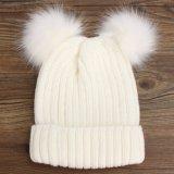 新しい編まれた冬の帽子のアライグマの毛皮のポンポンの帽子