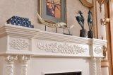 Sculpture blanche normale en bordure de mantel de cheminée en pierre découpant la cheminée