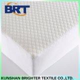白い格子縞の空気層の防水マットレスのカバー