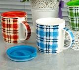 シリコーンの上が付いている陶磁器のコーヒー・マグ