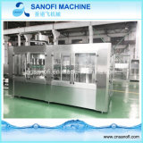 Las botellas de PET de la máquina de llenado de agua mineral.