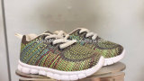 Les chaussures colorées d'espadrille de maille d'enfants folâtrent les chaussures de course