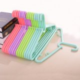 Les prix de gros crochet en plastique coloré avec crochets
