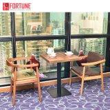 De hoge Houten Eettafel en de Stoelen van het Restaurant van het Eind Moderne (foh-0798)