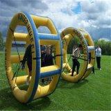 水公園水ゲームの歩くローラーのための膨脹可能な水ローラー