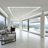 천장에 의하여 내재되어 있는 거치된 LED 선형 빛에 의하여 중단되는 빛