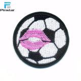 2018の新しいデザインサッカーのフットボールの刺繍のシュニールパッチ