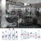 Alta velocidad de maquinaria de envasado automático de agua mineral.