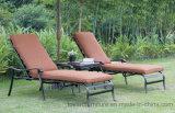 Классический сад бассейн Открытый бар с шезлонгами и боковой подушки в таблице под эгидой