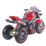 Giro del nuovo dei capretti bambino del motociclo sull'automobile