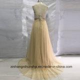 La demoiselle d'honneur de lacet de Champagne rectifie la longue robe élégante de bal d'étudiants
