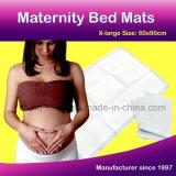 Congé de maternité lit le tampon de tapis de Lady et de soins de maternité après la naissance