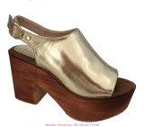 女性のPeep-Toe金のプラットホームのウェッジのサンダルのハイヒールの靴