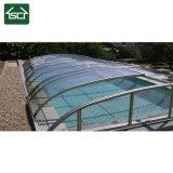 À la verticale de la piscine avec couvercle de profilé en aluminium et de toiture en polycarbonate
