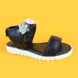 Più nuovi pattini respirabili in rilievo di bianco del nero dei sandali del fiore di cuoio di modo dei bambini