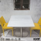 Таблица трактира подгонянная мебелью мраморный каменная обедая