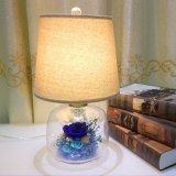 Los arreglos decorativos preservaron las flores en la lámpara de escritorio de cristal como regalo