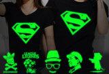 Abitudine DIY che fa pubblicità all'incandescenza fluorescente in maglietta scura