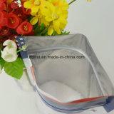 Levar in piedi in su il sacchetto di imballaggio di plastica con la chiusura lampo